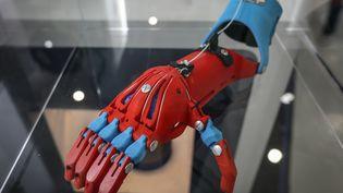 Une prothèse imprimée en 3D, présentée à New York en avril 2015. Le même type de modèle que celle conçue par les collégiens du Finistère. (CEM OZDEL / ANADOLU AGENCY / AFP)