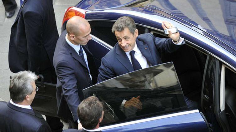 Nicolas Sarkozy entouré de ses gardes du corps, à Nice, le 18 octobre 2011 (BRUNO BEBERT / SIPA)