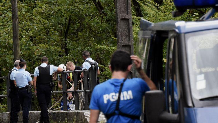 Les gendarmes à la recherche de Maëlys, le 6 septembre 2017 aux Gorges de Chailles (Isère). (JEFF PACHOUD / AFP)