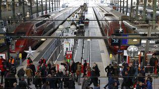 Des passagers attendent la fin d'une panne géante à la gare du Nord, à Paris, le 7 décembre 2016. (PATRICK KOVARIK / AFP)
