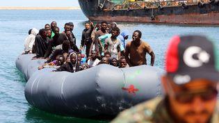 Des migrants arrivent à Tripoli (Libye), après avoir été secourus par les gardes-côtes libyens en Méditerranée, le 6 mai 2017. (MAHMUD TURKIA / AFP)