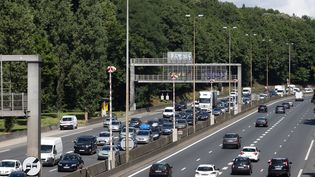 En seulement sept ans, la qualité du réseau routier français s'est largement dégradée. L'Hexagone est passé de la 1ère place à la 18e place du classement. (ROMAIN LAFABREGUE / AFP)