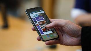 Un iPhone X, dernier né de la gamme iPhone. (ELIJAH NOUVELAGE / AFP)