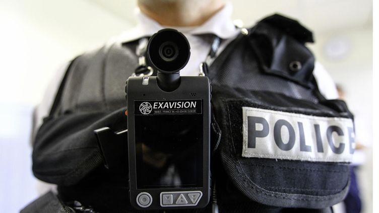 (1.900 caméras-piétons sont actuellement expérimentées en France. © SIPA/Fred Scheiber)