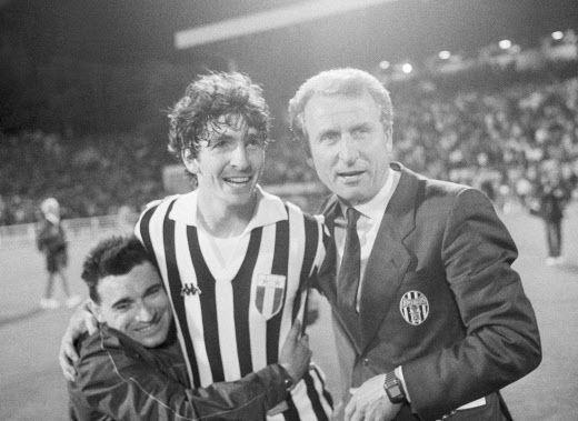 Paolo Rossi aux côtés de Giovanni Trapattoni, l'emblématique entraîneur de la Juventus, après la victoire en Coupe des clubs champions contre Liverpool au Heysel en 1985 (/AP/SIPA / SIPA)