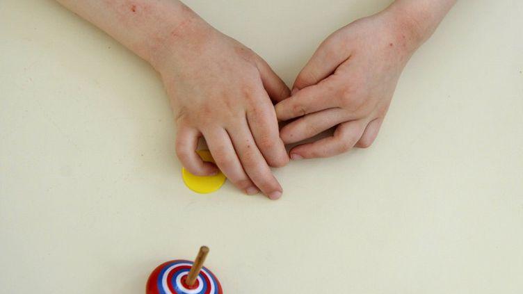 Un enfant autiste travaille avec une éducatrice, le 24 avril 2008 à Paris, à l'institut médico-éducatif Les Petites Victoires. (FRANCK FIFE / AFP)