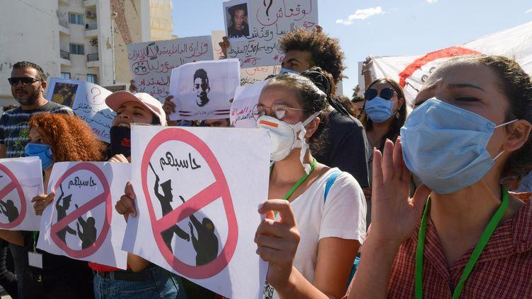 Manifestation devant le parlement tunisien pour protester contre un projet de loi accordant l'impunité aux forces de l'ordre. Tunis le 6 octobre 2020. (FETHI BELAID / AFP)