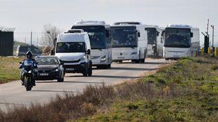 Le convoi des premiers Français rapatriés de Wuhan quitte la base d'Istres, près de Marseille, le 31 janvier 2020. (PASCAL GUYOT / AFP)