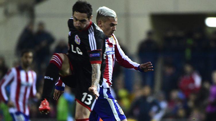 Griezmann (Atletico Madrid) en duel avec Calhanoglou (Bayer Leverkusen)  (PIERRE-PHILIPPE MARCOU / AFP)
