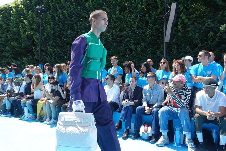 Louis Vuitton printemps-été 2019, à Paris : le gilet vert à poches  (Corinne Jeammet)