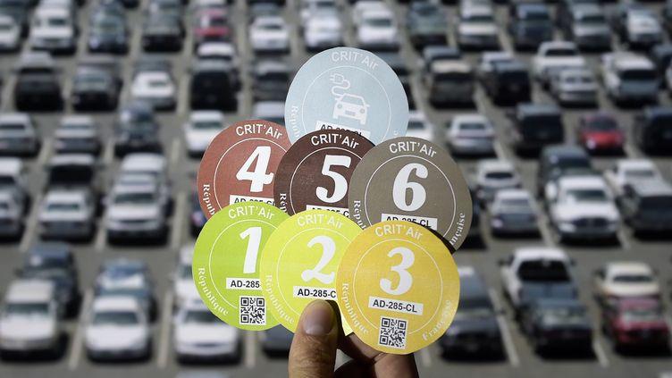 Lesvignettes Crit'Air ont été créées il y a deux ans à la demande des villes qui souhaitaient mettre en place des restrictions de circulation pour les véhicules les plus polluants. (LIONEL BONAVENTURE / AFP)