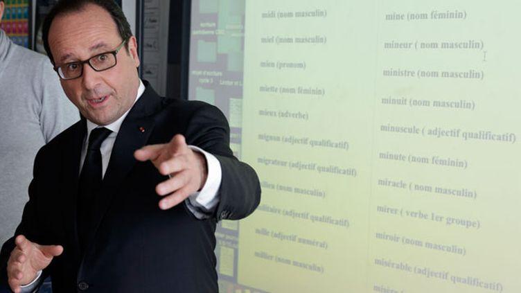 (François Hollande devant un tableau numérique, au collège Jules Verne aux Mureaux ce jeudi © REUTERS/Philippe Wojazer)