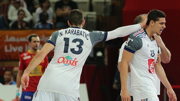 Nikola Karabatic encourage Mathieu Grébille, le jeune interntational tricolore (KARIM JAAFAR / AL-WATAN DOHA)