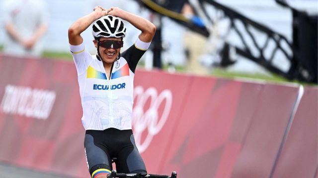 L'Equatorien est sorti tout seul en costaud à 10 kilomètres du terme pour remporter la médaille d'or. Wout van Aert et Tadej Pogacar complètent le podium.