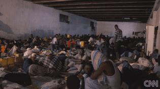 Dans un reportage diffuséle 14novembre 2017, CNNinterroge des migrants détenus à Tripoli, en Libye, à propos des ventes aux enchères d'êtres humains dans le pays. (CNN)