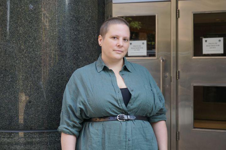 Dana Nelson devant son ancien lycée, le 28 août 2021, à New York (Etats-Unis). (MARIE-VIOLETTE BERNARD / FRANCEINFO)