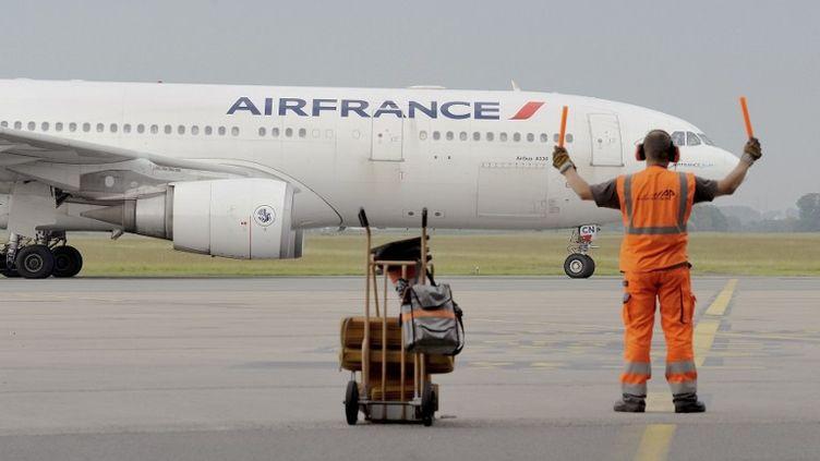 Un avion de la compagnie Air France, le 9 juin 2014 à Lille (Nord). (DENIS CHARLET / AFP)