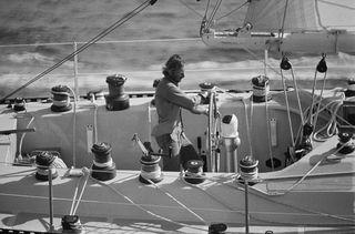 """Le navigateur français Michel Malinovsky à la barre de son monocoque """"Kriter V"""", sur la Route du Rhum 1978. (HENRI BUREAU / SYGMA)"""