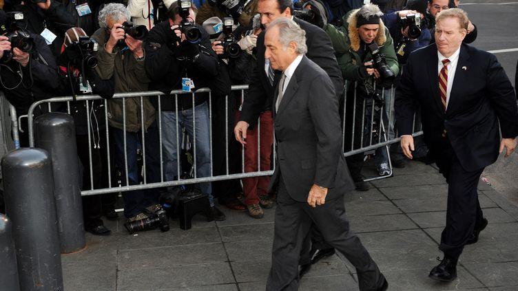 L'ancien financier Bernard Madoff lors de son arrivée au tribunal fédéral de New York, le 12 mars 2009. (STAN HONDA / AFP)