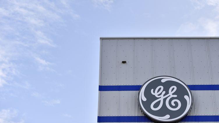 Le logo du groupe General Electric, à Montoir-de-Bretagne (Loire-Atlantique), le 21 novembre 2016. (LOIC VENANCE / AFP)