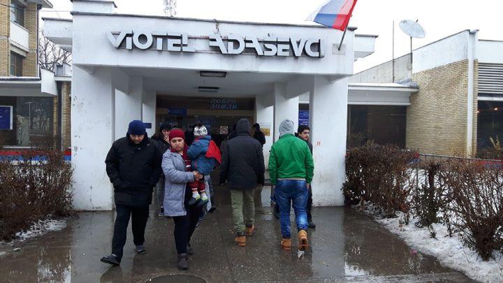 Un ancien motel, transformé en centre d'accueil àAdaševci, à l'ouest de Belgrade. (RADIO FRANCE / ISABELLE LABEYRIE)