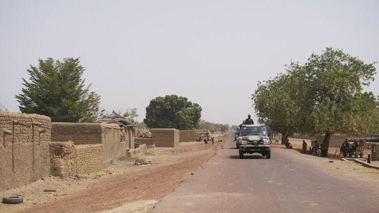 Des troupes de l'armée malienne circulent entre Mopti et Djenne dans le centre du Mali, le 28 février 2020, alors que des attaques se poursuivent entre les Peuls etles ethnies bambara et dogon. (MICHELE CATTANI / AFP)