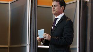 Le Premier ministre, Manuel Valls, vote à Evry (Essonne), le 7 décembre 2015 pour le premier tour des élections régionales. (THOMAS SAMSON / AFP)