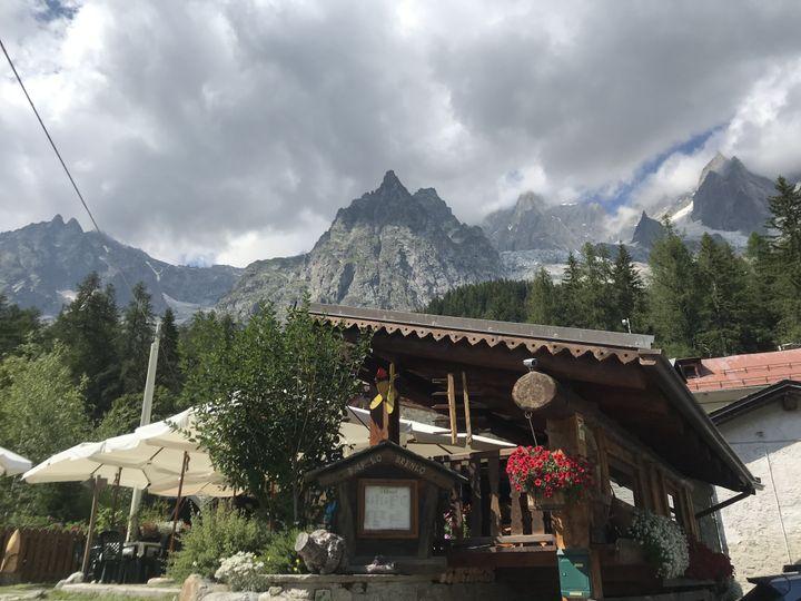 Le bar Lo Brenlo à Planpincieux e n dessous du glacier éponyme, le 19 juillet 2021. (SOLENE LEROUX / FRANCEINFO)