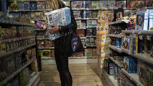 Une femme visite un magasin de jouets de Lyon, le 17 décembre 2013. (MAXPPP)
