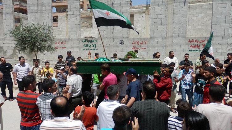 Les funérailles d'un membre de l'opposition syrienne dans une rue de Hama, en Syrie, le 5 juin 2012. (SHAAM NEWS NETWORK / AFP)