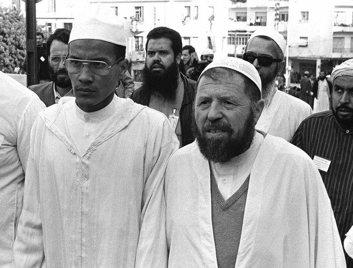 Ali Belhadj et Abassi Madani, chefs historiques du Front Islamique du Salut (FIS) dans les rues d'Alger. Photo prise en mai 1991, 6 mois avant la large victoire du FIS au premier tour de l'élection législative. (STR / AFP)