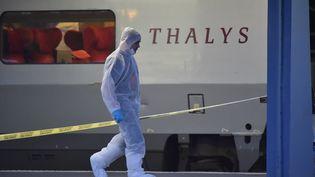 Un policier marche sur le quai à côté d'un train Thalys à Arras (Pas-de-Calais), le 21 août 2015,après l'attaqueperpétrée par un homme lourdement armé. (PHILIPPE HUGUEN / AFP)