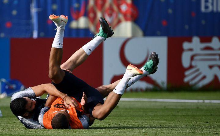 Adil Rami s'amuse avec Kylian Mbappé lors d'une séance d'entraînement des Bleus, le 2 juillet 2018 à Istra, en Russie. (FRANCK FIFE / AFP)