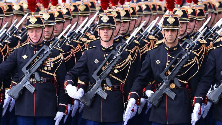 Des Gardes républicains défilent sur les Champs-Elysées, le 14 juillet 2015. (MUSTAFA YALCIN / ANADOLU AGENCY)