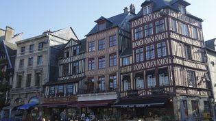 Rouen, la place du vieux marché.La crise sanitaire a brouillé les cartes, elle a déplacé le marché vers la province. (Illustration)  (PHOTONONSTOP / NICOLAS THIBAUT / AFP)