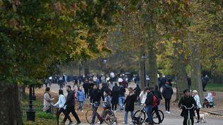 Les gens font de l'exercice à Green Park, dans le centre de Londres, le 8 novembre 2020 (photo d'illustration). (DANIEL LEAL-OLIVAS / AFP)