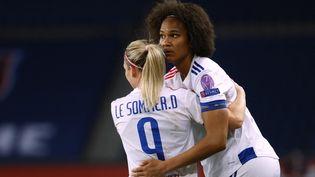 Wendie Renard et Eugénie Le Sommer, le 24 mars dernier face au PSG en Ligue des champions. (THOMAS SAMSON / AFP)