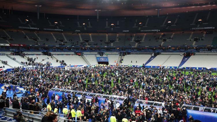 Les spectateurs sur la pelouse du Stade de France, le 13 novembre 2015 (MARIA PLOTNIKOVA / RIA NOVOSTI)