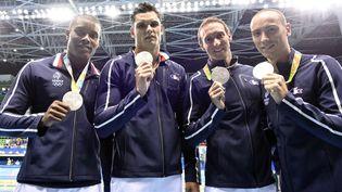 Mehdy Metella, Fabien Gilot, Florent Manaudou etJeremy Stravius posent avec leur médaille d'argent après la finale du 4x100 m, dimanche 7 août 2016 à Rio (Brésil). (STEPHANE KEMPINAIRE / DPPI MEDIA / AFP)