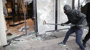 """Un casseur durant une manifestation des """"gilets jaunes"""" sur les Champs-Elysées à Paris, le 16 mars 2019. (ZAKARIA ABDELKAFI / AFP)"""