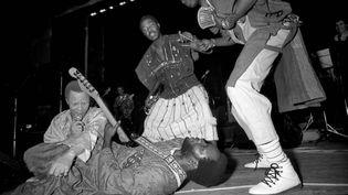Salif Keita, à gauche, et le guitariste Ousmane Kouyaté se produisent en mai 1986 dans la salle des fêtes de la mairie de Montreuil, en région parisienne. (BILL AKWA BETOTE)