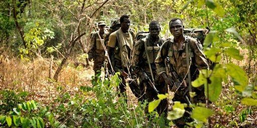 Soldats ougandais sur la piste de Joseph Kony en Centrafrique, le 18 avril 2012. (AFP PHOTO/YANNICK TYLLE)
