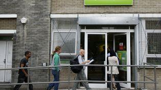 Des chômeurs entrent dans un centre Job Centre Plus, le 12 août 2009, à Londres (Royaume-Uni). (STEPHEN HIRD / REUTERS)