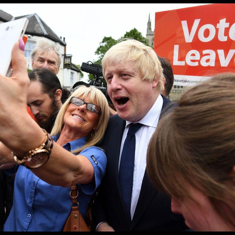 L'ancien maire de Londres, Boris Johnson, avec des partisans du Brexit, le 22 juin 2016 à Londres. (MAXPPP)