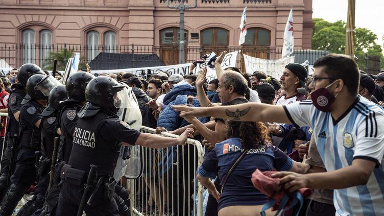 Des heurts lors de l'hommage à Diego Maradona à Buenos Aires jeudi. (SERGIO GOYA / SPUTNIK)