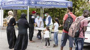 Une équipe médicale de Médecins du monde donne une consultation pendant l'épidémie de coronavirus, à Cayenne (Guyane), le 24 mars 2020. (JODY AMIET / AFP)