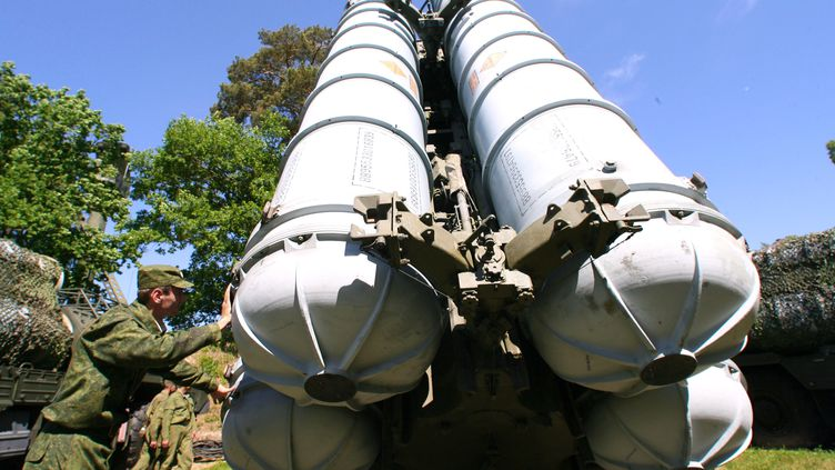 Un militaire s'apprête à placer des missiles S-300, dans la région de Kaliningrad (Russie), le 6 juin 2011. (IGOR ZAREMBO / RIA NOVOSTI / AFP)