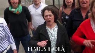 """Les petits commerçants de L'Aigle (Orne) ont besoin de clients après deux mois de confinement et ils le font savoir en reprenant à leur compte la fameuse chanson de Gloria Gaynor, """"I Will Survive"""". (FRANCE 3)"""
