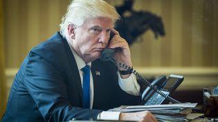 Le président des États-Unis Donald Trump au téléphone avec Vladimir Poutine, le 28 janvier 2017. (PETE MAROVICH / PETE MAROVICH - POOL VIA CNP)