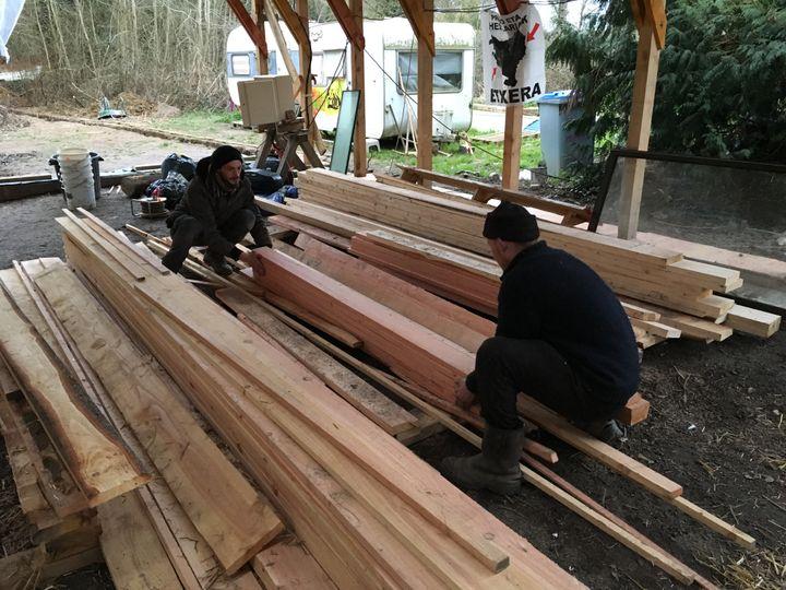 Benjamin et Antoine en pleine construction dans la ZAD de Notre-Dame-des-Landes (Loire-Atlantique), le 28 mars 2018. (RAPHAEL GODET / FRANCEINFO)